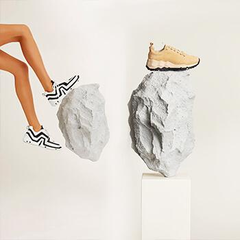 Мужская и женская обувь для весенних прогулок.
